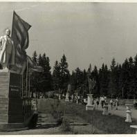 Монументальный памятник С.М. Кирову был установлен на высоком постаменте перед главным входом в 1978 г. Ижевск