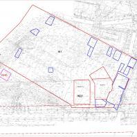 Конкурс проектов жилого комплекса «Покровский». г. Ижевск, ул. 10 лет Октября. Границы проектируемой территории. Красным цветом обозначены границы проектируемой территории. Синим цветом — границы территории, исключенной из проектирования. Синий квадрат по центру — тяговая подстанция. На юге проектируемой территории красным цветом выделены 2 объекта — строящиеся 25-этажные жилые дома, которые нужно учитывать при проектировании конкурсного жилого комплекса